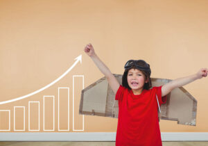 Banner com criança brincando com asas de papelão nas costas e ao lado desenho de um gráfico de barras com seta indicando subida