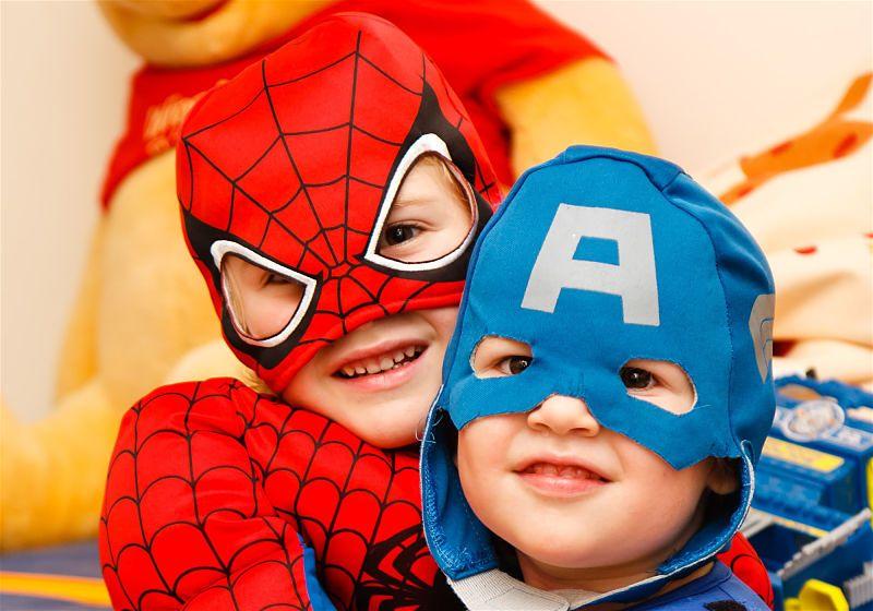 Duas crianças fantasiadas de home aranha e capitão américa