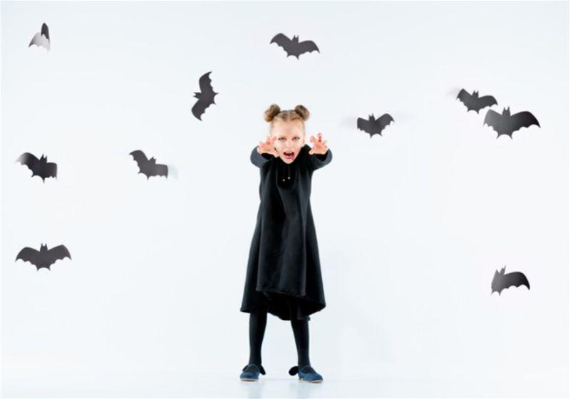 Menina fantasiada de bruxa