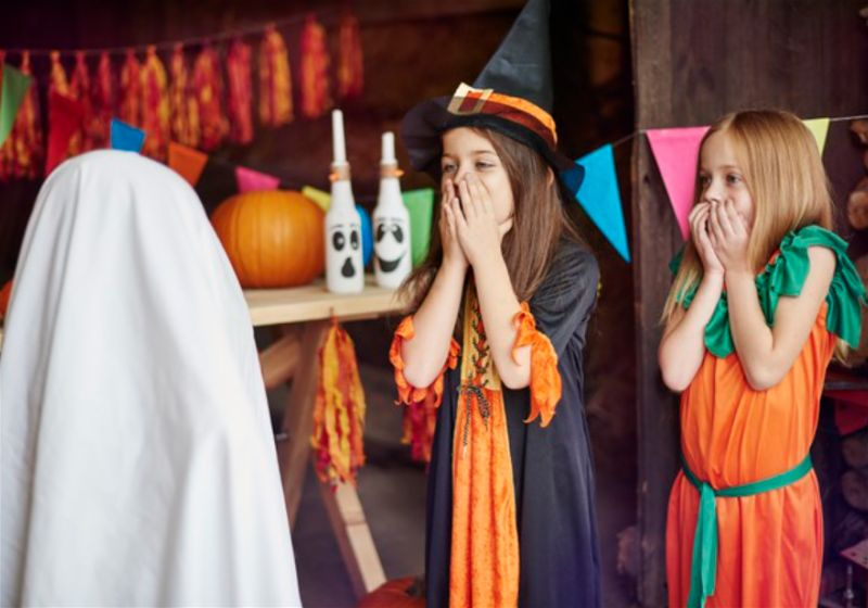 Meninas fantasiadas e assustadas em festa de haloween