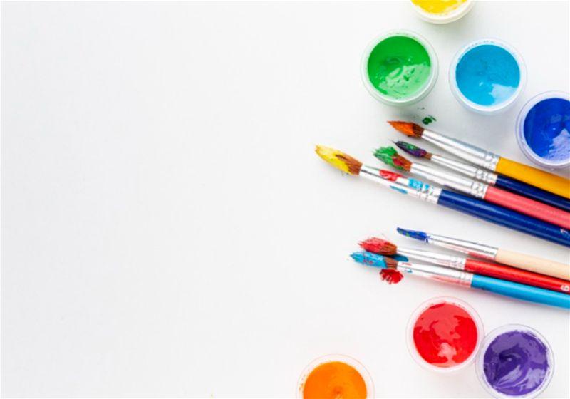 Pincéis e potinhos de tintas de variada cores