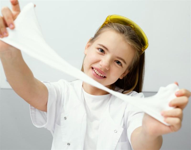 Menina brincando com slime